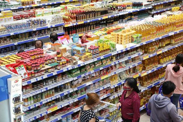 Phóng sự ảnh: Hàng hóa đầy ắp siêu thị trước thời khắc cách ly toàn xã hội - Ảnh 1.