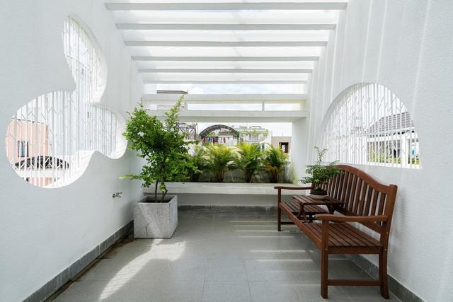 Ngôi nhà phố màu trắng, nổi bật trong hẻm nhỏ - Ảnh 11.