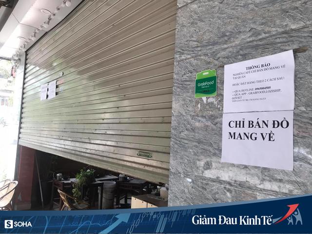 Sợ Covid-19 lây lan, siêu thị lớn tại Hà Nội dựng vách ngăn, dán miếng giữ khoảng cách - Ảnh 11.