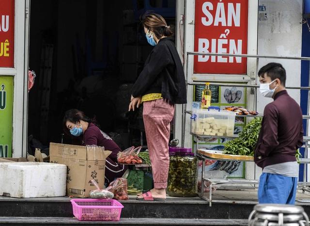 [Ảnh] Tiếp tế 350kg rau cho khu chung cư gần 1.000 dân cách ly ở Hà Nội  - Ảnh 12.