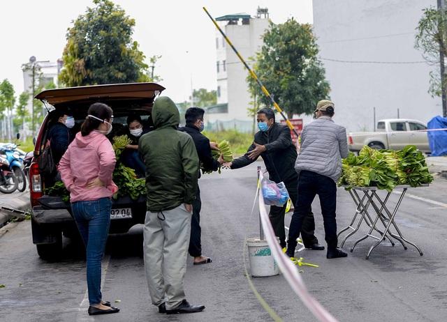 [Ảnh] Tiếp tế 350kg rau cho khu chung cư gần 1.000 dân cách ly ở Hà Nội  - Ảnh 3.
