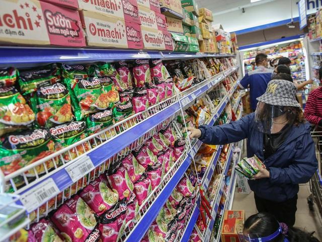 Phóng sự ảnh: Hàng hóa đầy ắp siêu thị trước thời khắc cách ly toàn xã hội - Ảnh 3.