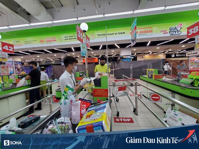 Sợ Covid-19 lây lan, siêu thị lớn tại Hà Nội dựng vách ngăn, dán miếng giữ khoảng cách - Ảnh 4.