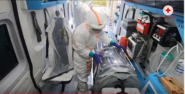 Hình ảnh xúc động bên trong xe cứu thương chở bệnh nhân Covid-19 ở Italy: Đừng sợ, Đừng sợ! - Ảnh 4.