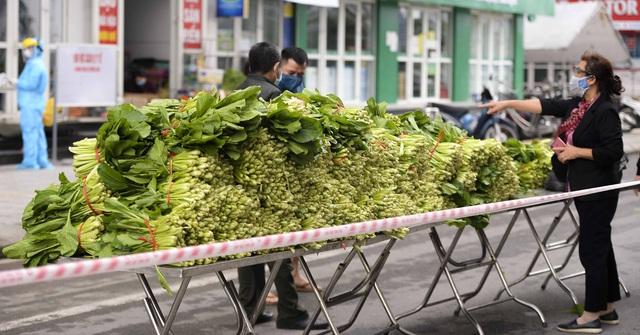 [Ảnh] Tiếp tế 350kg rau cho khu chung cư gần 1.000 dân cách ly ở Hà Nội  - Ảnh 4.