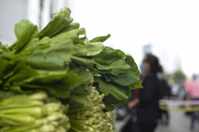 [Ảnh] Tiếp tế 350kg rau cho khu chung cư gần 1.000 dân cách ly ở Hà Nội  - Ảnh 5.