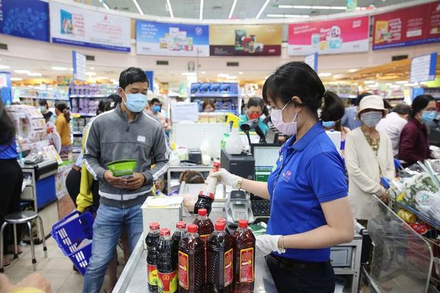 Phóng sự ảnh: Hàng hóa đầy ắp siêu thị trước thời khắc cách ly toàn xã hội - Ảnh 5.