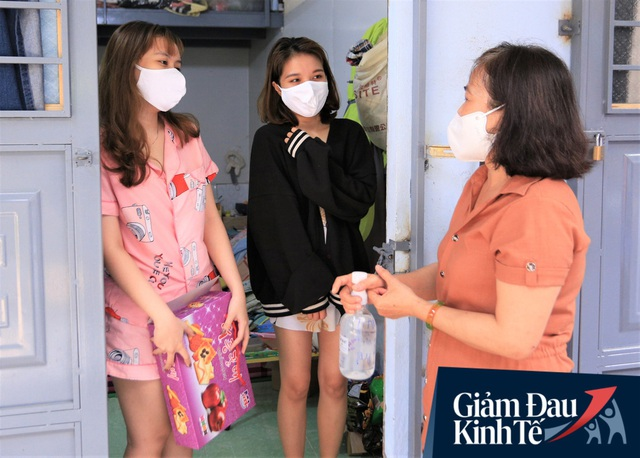 Nhiều chủ nhà trọ ở Đà Nẵng giảm tiền, phát mì tôm miễn phí: Người thuê trọ bật khóc vì xúc động - Ảnh 7.