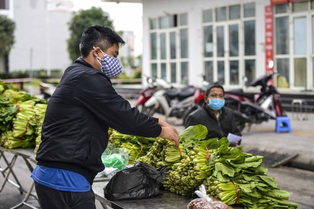[Ảnh] Tiếp tế 350kg rau cho khu chung cư gần 1.000 dân cách ly ở Hà Nội  - Ảnh 6.