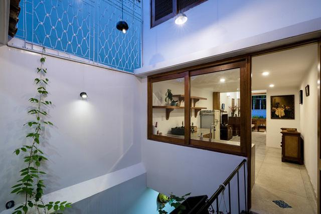 Ngôi nhà phố màu trắng, nổi bật trong hẻm nhỏ - Ảnh 7.