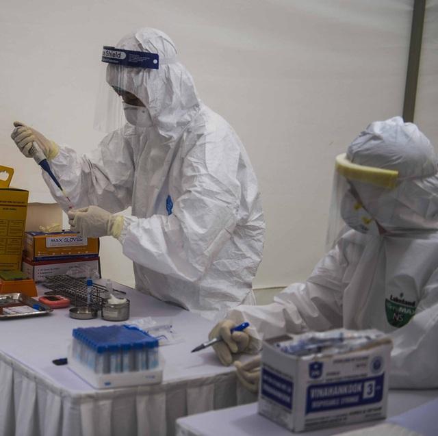 Cận cảnh quá trình xét nghiệm nhanh COVID-19 có kết quả trong 10 phút ở Hà Nội - Ảnh 7.