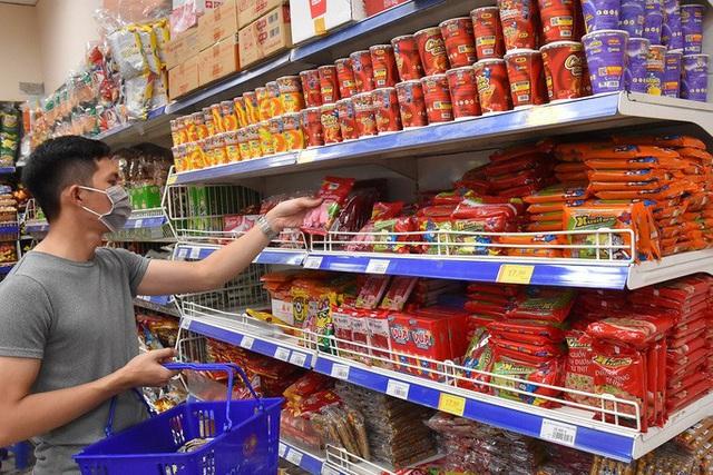 Phóng sự ảnh: Hàng hóa đầy ắp siêu thị trước thời khắc cách ly toàn xã hội - Ảnh 7.