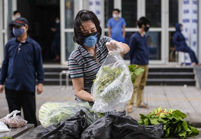 [Ảnh] Tiếp tế 350kg rau cho khu chung cư gần 1.000 dân cách ly ở Hà Nội  - Ảnh 8.