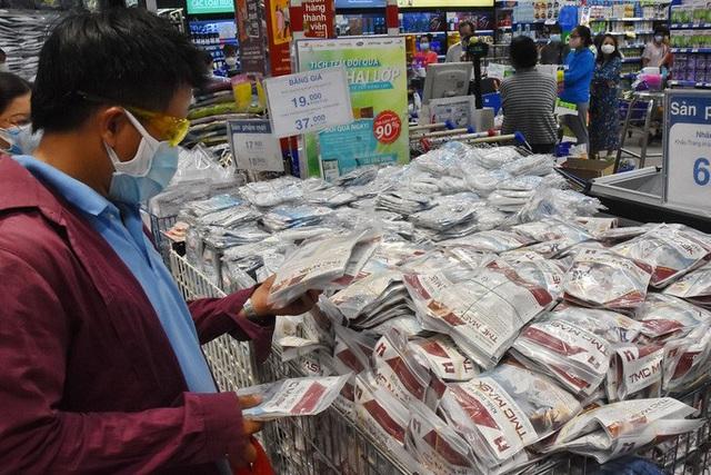 Phóng sự ảnh: Hàng hóa đầy ắp siêu thị trước thời khắc cách ly toàn xã hội - Ảnh 8.