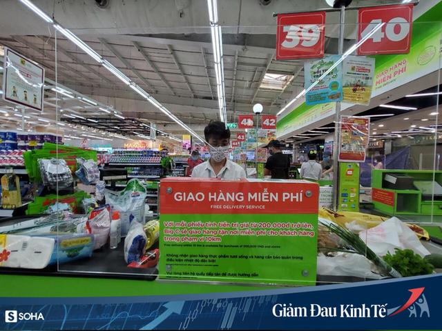 Sợ Covid-19 lây lan, siêu thị lớn tại Hà Nội dựng vách ngăn, dán miếng giữ khoảng cách - Ảnh 9.