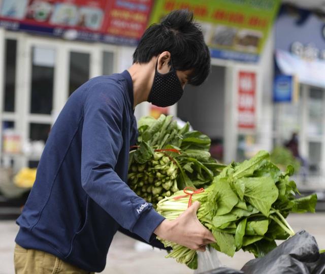 [Ảnh] Tiếp tế 350kg rau cho khu chung cư gần 1.000 dân cách ly ở Hà Nội  - Ảnh 9.