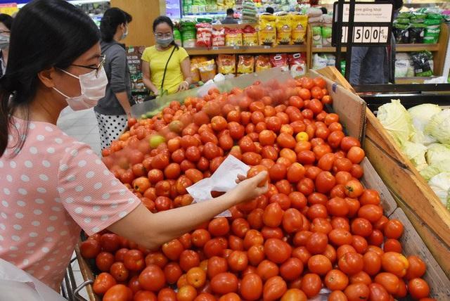 Phóng sự ảnh: Hàng hóa đầy ắp siêu thị trước thời khắc cách ly toàn xã hội - Ảnh 9.