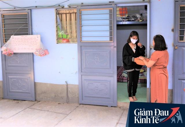 Nhiều chủ nhà trọ ở Đà Nẵng giảm tiền, phát mì tôm miễn phí: Người thuê trọ bật khóc vì xúc động - Ảnh 11.