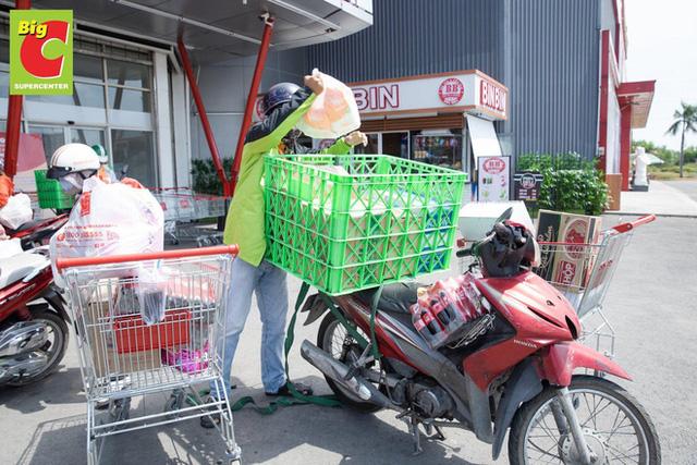 Sợ Covid-19 lây lan, siêu thị lớn tại Hà Nội dựng vách ngăn, dán miếng giữ khoảng cách - Ảnh 10.