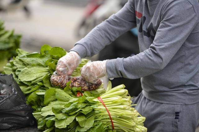 [Ảnh] Tiếp tế 350kg rau cho khu chung cư gần 1.000 dân cách ly ở Hà Nội  - Ảnh 10.