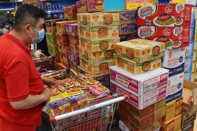 Phóng sự ảnh: Hàng hóa đầy ắp siêu thị trước thời khắc cách ly toàn xã hội - Ảnh 10.