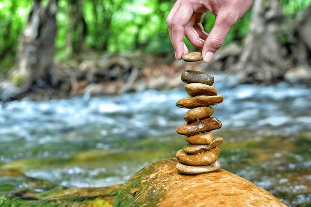 Bí quyết tìm bình yên giữa trăm ngàn vạn biến của cuộc đời: Cũng giống như đi xe đạp, để giữ thăng bằng, bạn phải liên tục tiến về phía trước - Ảnh 1.