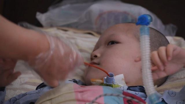 Nỗi tuyệt vọng của gia đình có 2 con mắc bệnh hiếm nhưng chỉ cứu được 1: Giá thuốc hơn 8 tỷ đồng, chị hy sinh cho em được sống cuộc đời đúng nghĩa - Ảnh 3.