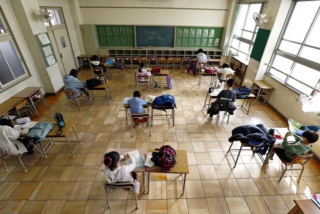 Gần 300 triệu học sinh, sinh viên trên toàn thế giới không được đến trường khi Covid-19 bùng phát, ngẩn ngơ với câu hỏi: Khi nào con được đi học? - Ảnh 1.