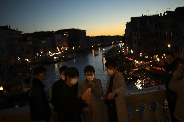 Chùm ảnh thánh địa tình yêu của nước Ý thời dịch Covid-19: Thành phố tình yêu đánh mất linh hồn khi du khách chạy trốn virus corona - Ảnh 2.
