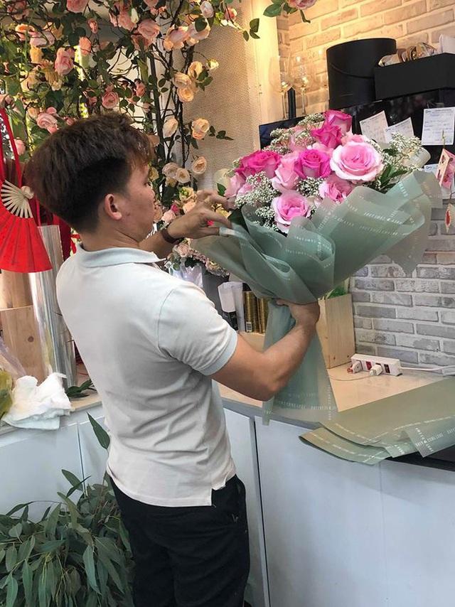 Hoa siêu to khổng lồ tiền triệu hút khách dịp 8/3 - Ảnh 6.