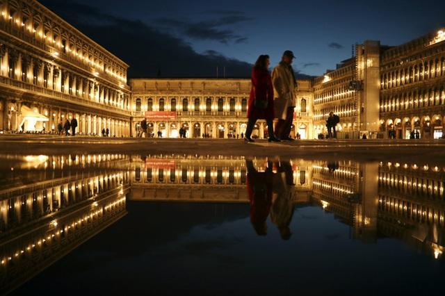 Chùm ảnh thánh địa tình yêu của nước Ý thời dịch Covid-19: Thành phố tình yêu đánh mất linh hồn khi du khách chạy trốn virus corona - Ảnh 7.