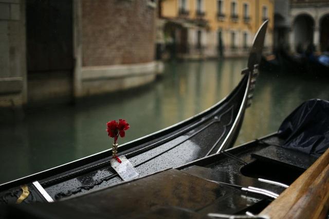 Chùm ảnh thánh địa tình yêu của nước Ý thời dịch Covid-19: Thành phố tình yêu đánh mất linh hồn khi du khách chạy trốn virus corona - Ảnh 9.