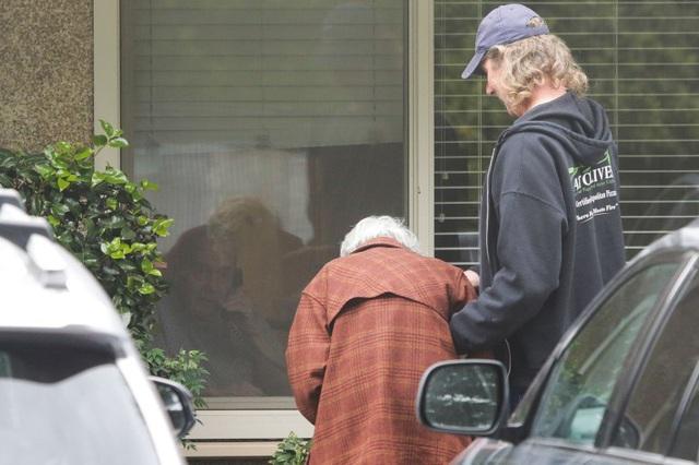 Cuộc gặp gỡ đầy ngậm ngùi: Chồng bị cách ly giữa tâm dịch Covid-19, cụ bà 88 tuổi chỉ có thể thăm chồng qua cửa kính của viện dưỡng lão - Ảnh 2.