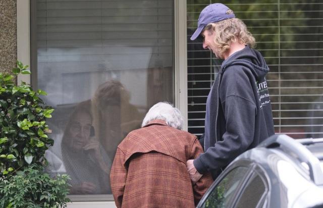 Cuộc gặp gỡ đầy ngậm ngùi: Chồng bị cách ly giữa tâm dịch Covid-19, cụ bà 88 tuổi chỉ có thể thăm chồng qua cửa kính của viện dưỡng lão - Ảnh 3.