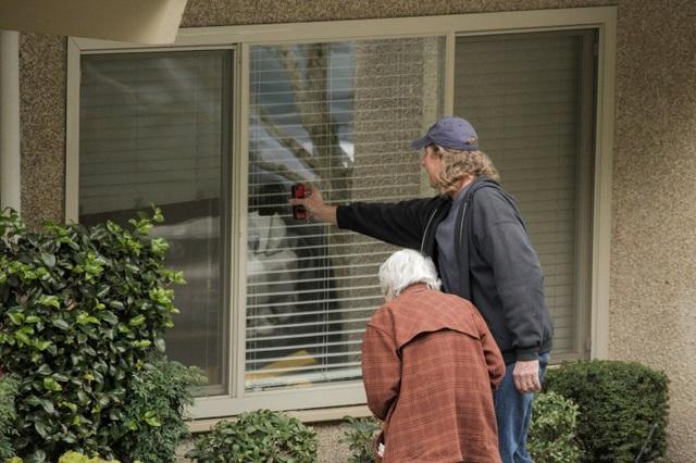 Cuộc gặp gỡ đầy ngậm ngùi: Chồng bị cách ly giữa tâm dịch Covid-19, cụ bà 88 tuổi chỉ có thể thăm chồng qua cửa kính của viện dưỡng lão - Ảnh 5.