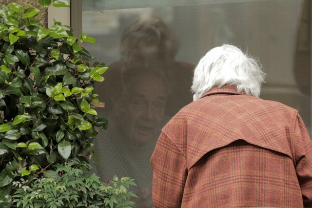 Cuộc gặp gỡ đầy ngậm ngùi: Chồng bị cách ly giữa tâm dịch Covid-19, cụ bà 88 tuổi chỉ có thể thăm chồng qua cửa kính của viện dưỡng lão - Ảnh 6.