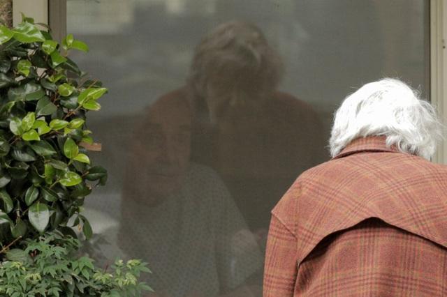 Cuộc gặp gỡ đầy ngậm ngùi: Chồng bị cách ly giữa tâm dịch Covid-19, cụ bà 88 tuổi chỉ có thể thăm chồng qua cửa kính của viện dưỡng lão - Ảnh 7.