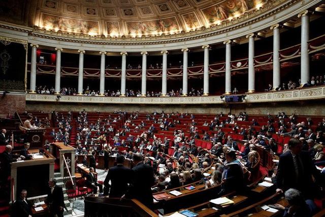 Covid-19 lây lan trong quốc hội Pháp, ca nhiễm ở Đức tăng gấp 10 - Ảnh 1.
