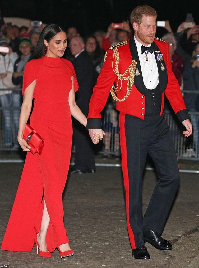 Meghan Markle tỏa sáng như nữ hoàng trong sự kiện mới nhất nhưng gương mặt buồn bã của Hoàng tử Harry mới đáng chú ý - Ảnh 1.
