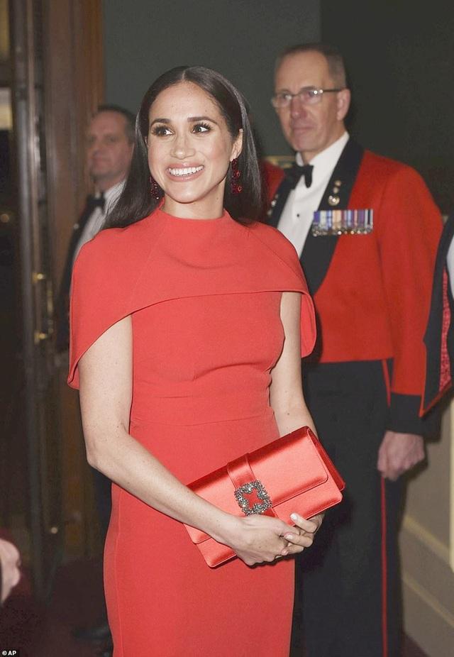 Meghan Markle tỏa sáng như nữ hoàng trong sự kiện mới nhất nhưng gương mặt buồn bã của Hoàng tử Harry mới đáng chú ý - Ảnh 2.