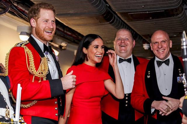 Meghan Markle tỏa sáng như nữ hoàng trong sự kiện mới nhất nhưng gương mặt buồn bã của Hoàng tử Harry mới đáng chú ý - Ảnh 4.