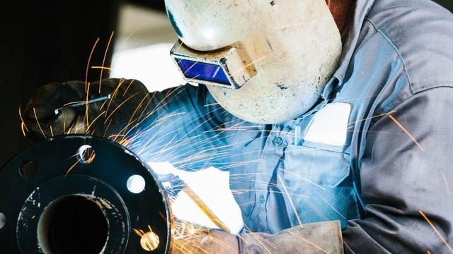 Covid-19 lây lan khắp đất nước, đà tăng trưởng dài nhất lịch sử của kinh tế Mỹ đang sụt sùi - Ảnh 1.