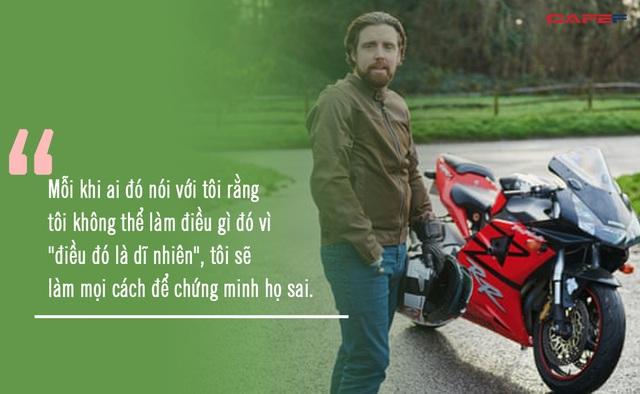Doanh nhân khuyết tật tự thiết kế tay giả, leo núi, lái mô tô tận hưởng cuộc sống: Thiếu đi một cánh tay không thể ngăn tôi sống trọn vẹn cuộc đời của mình - Ảnh 1.