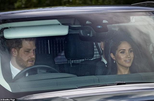 Meghan Markle chính thức chạm mặt Nữ hoàng Anh sau lùm xùm có thái độ vô lễ, nét mặt khác thường của cả hai thu hút sự chú ý - Ảnh 1.