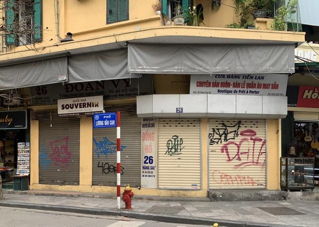 Nhiều cửa hàng tại phố cổ Hà Nội tạm dừng hoạt động - Ảnh 1.