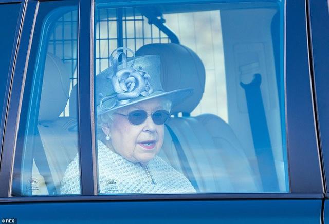 Meghan Markle chính thức chạm mặt Nữ hoàng Anh sau lùm xùm có thái độ vô lễ, nét mặt khác thường của cả hai thu hút sự chú ý - Ảnh 3.