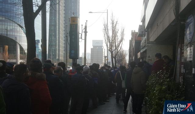 Tầng lớp lao động Hàn Quốc chật vật kiếm sống giữa thời Covid-19: Tiểu thương lay lắt cả buổi không có khách, công nhân thất nghiệp phải xin từng bữa ăn - Ảnh 3.