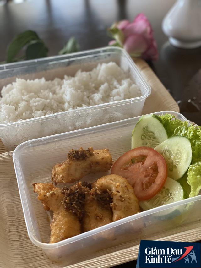 Doanh nghiệp xuất khẩu gạo, cá tra chuyển sang bán cơm online bình ổn giá với giá 12.000 đồng/món - Ảnh 1.