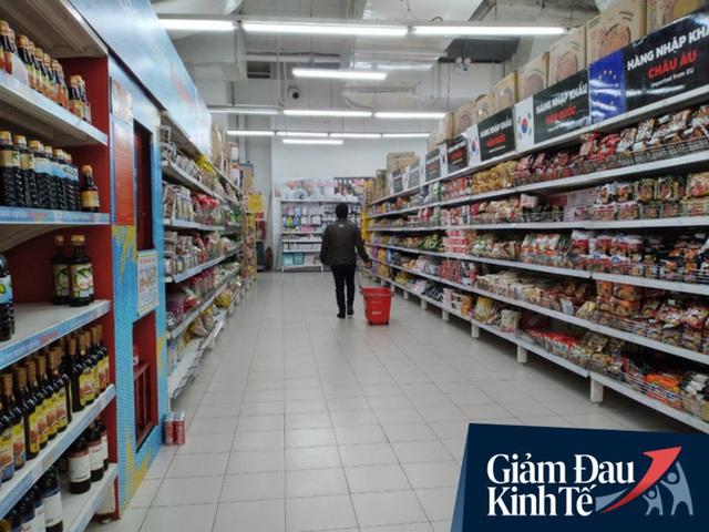 Siêu thị ở Hà Nội vắng người mua ngày đầu cách ly toàn xã hội, áp dụng dựng vách ngăn, dán miếng giữ khoảng cách tránh lây nhiễm Covid-19 - Ảnh 2.
