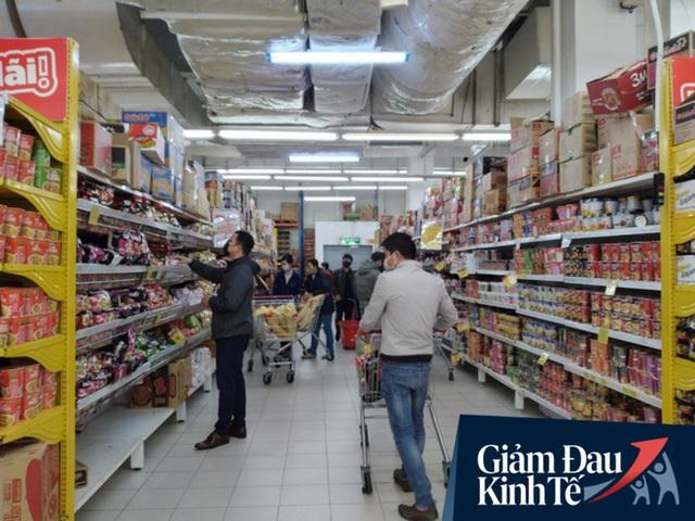 Siêu thị ở Hà Nội vắng người mua ngày đầu cách ly toàn xã hội, áp dụng dựng vách ngăn, dán miếng giữ khoảng cách tránh lây nhiễm Covid-19 - Ảnh 9.